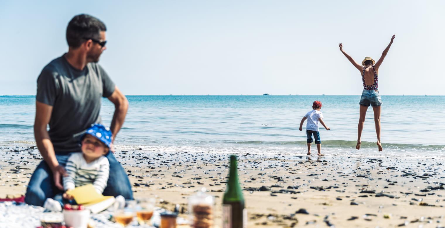 Pique-nique plage famille