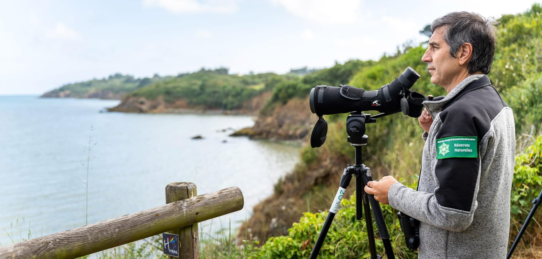 Reserve naturelle a Hillion, jumelles, observation oiseaux - Alain Ponsero portrait